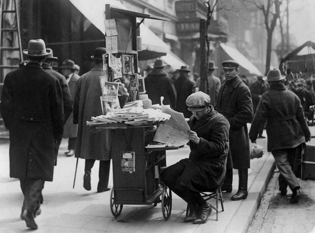 Uliczny sprzedawca książek, ul. Marszałkowska, po 1926 roku. Fot. NAC
