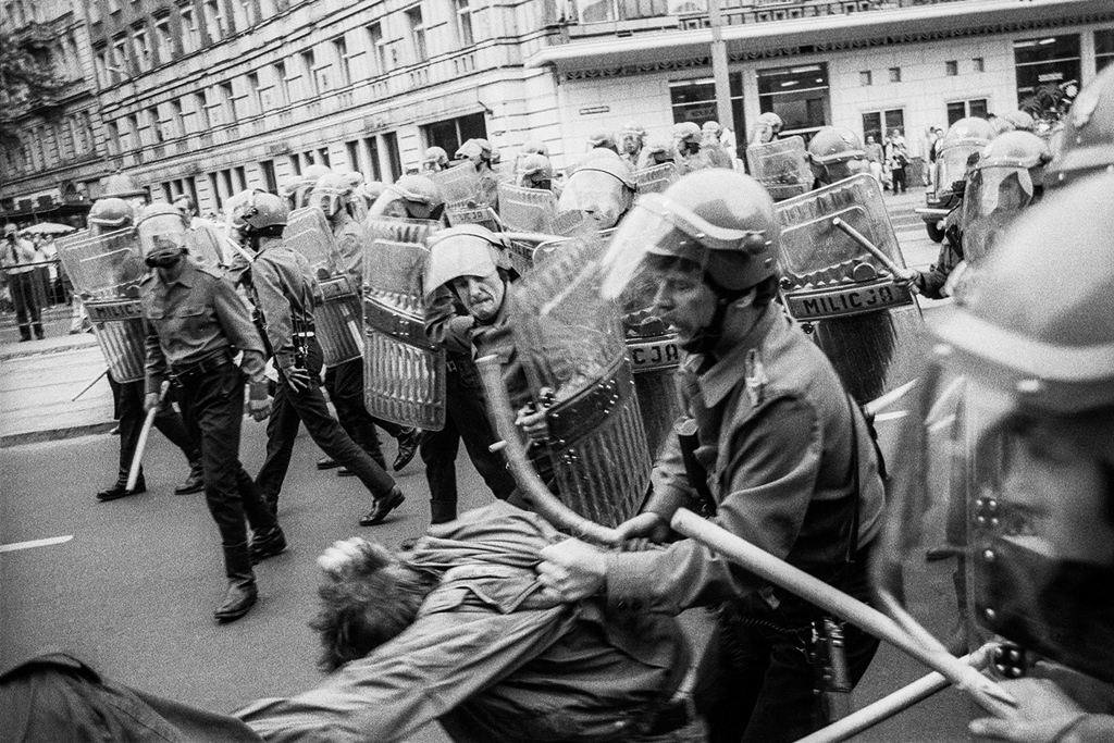 """Demonstracja """"Jaruzelski musi odejść"""". Warszawa, Aleje Jerozolimskie, 30 czerwca 1989. Fot. Krzysztof Miller (Agencja Gazeta)."""