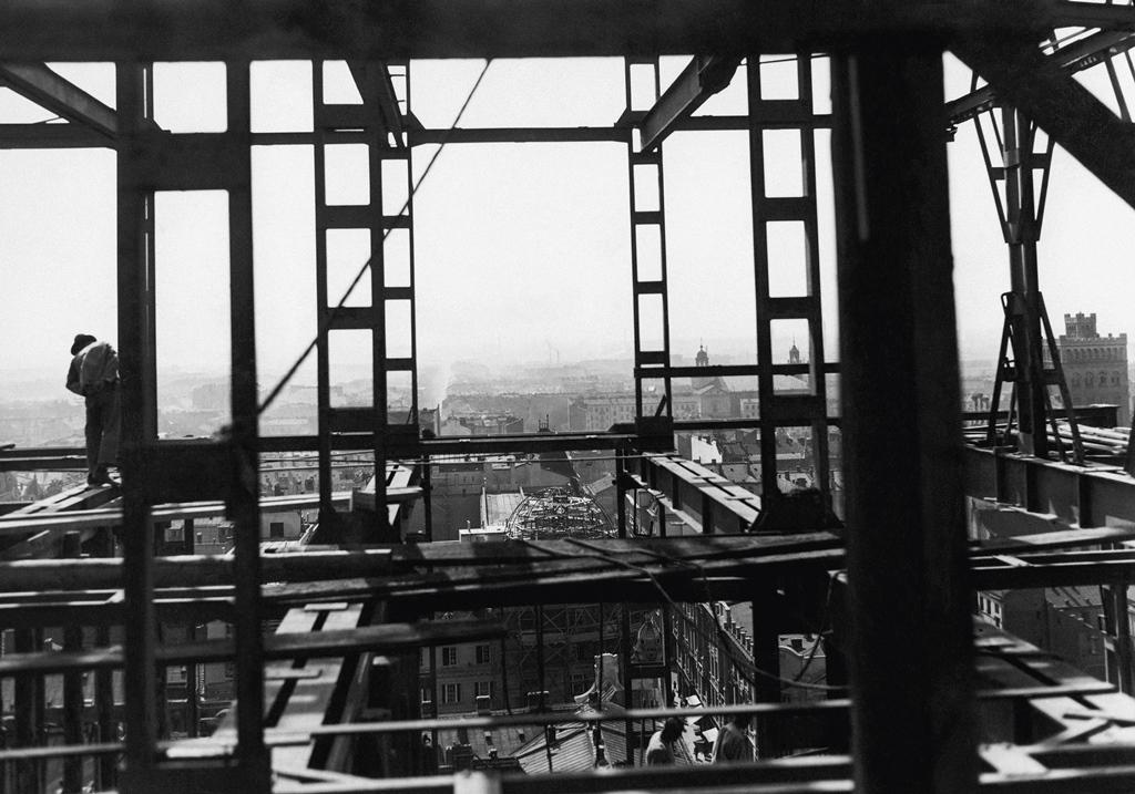 """Budowa gmachu Towarzystwa Ubezpieczeń """"Przezorność"""", pl. Napoleona, sierpień 1932. Fot. Jan Binek, NAC"""