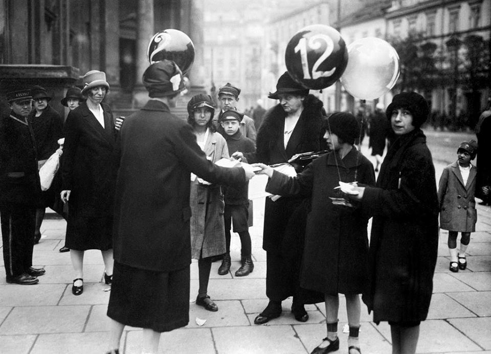 Kobiety agitujące w dniu wyborów do Rady Miasta, pl. Trzech Krzyży, 22 maja 1927. Fot. NAC