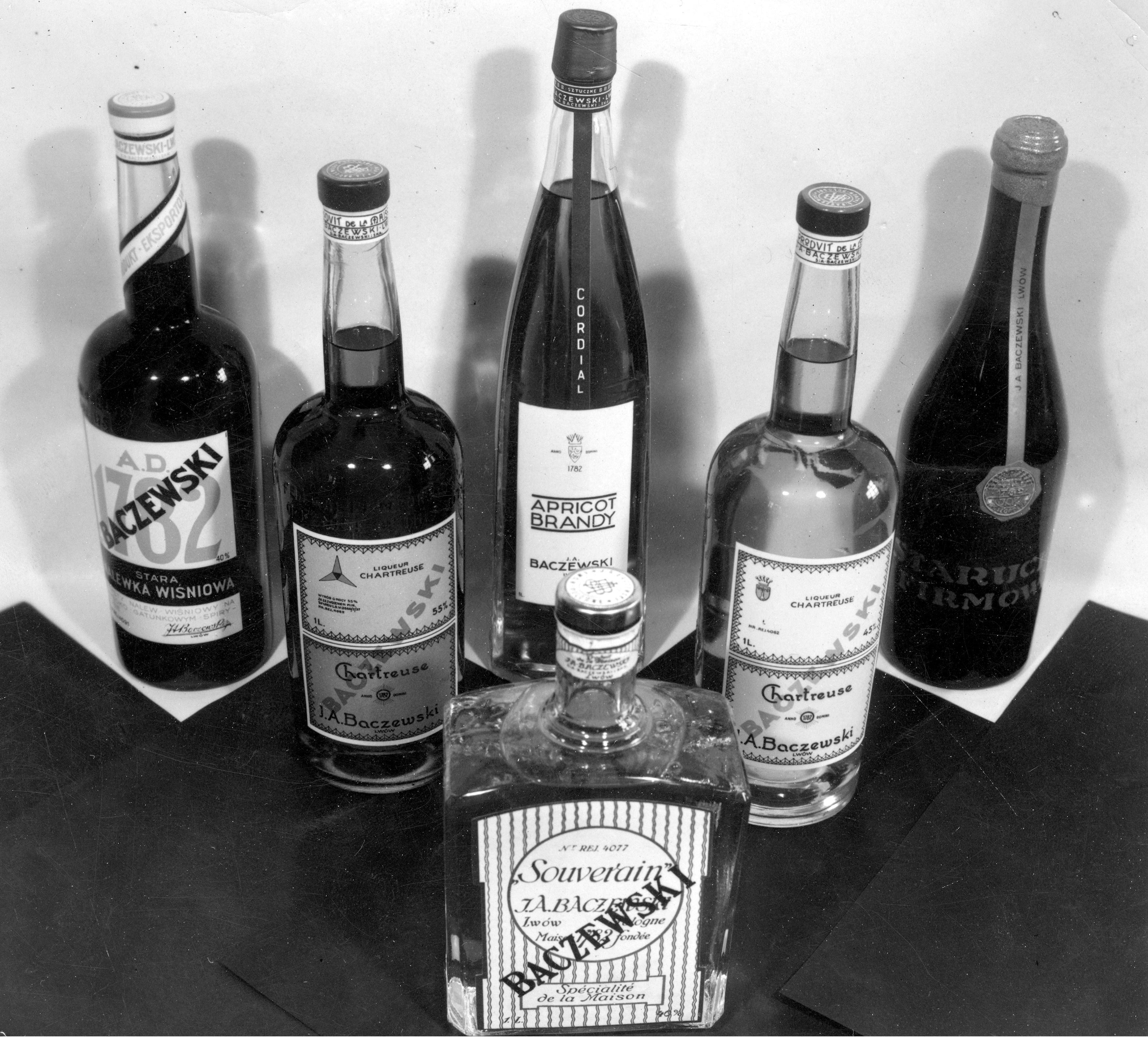 Gotowe wyroby z fabryki wódki, likieru i rumu J.A. Baczewski we Lwowie, fot. NAC