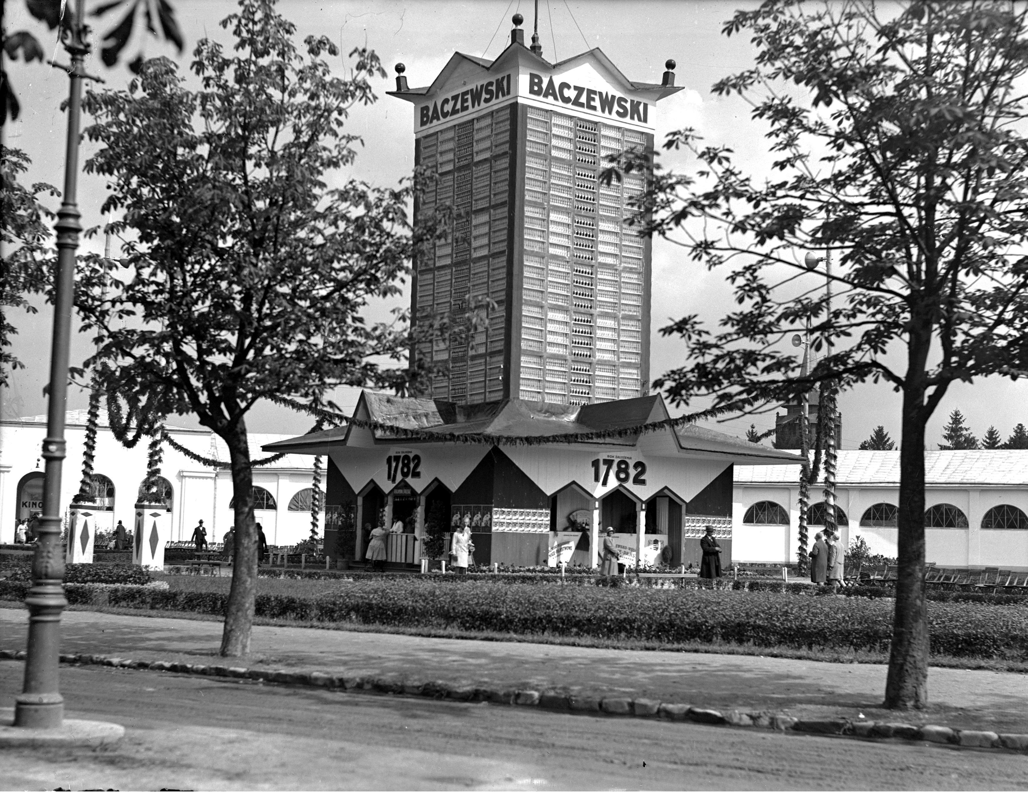 Wieża pawilonu fabryki wódki, likieru i rumu J.A. Baczewski we Lwowie, wrzesień 1930. Fot. NAC