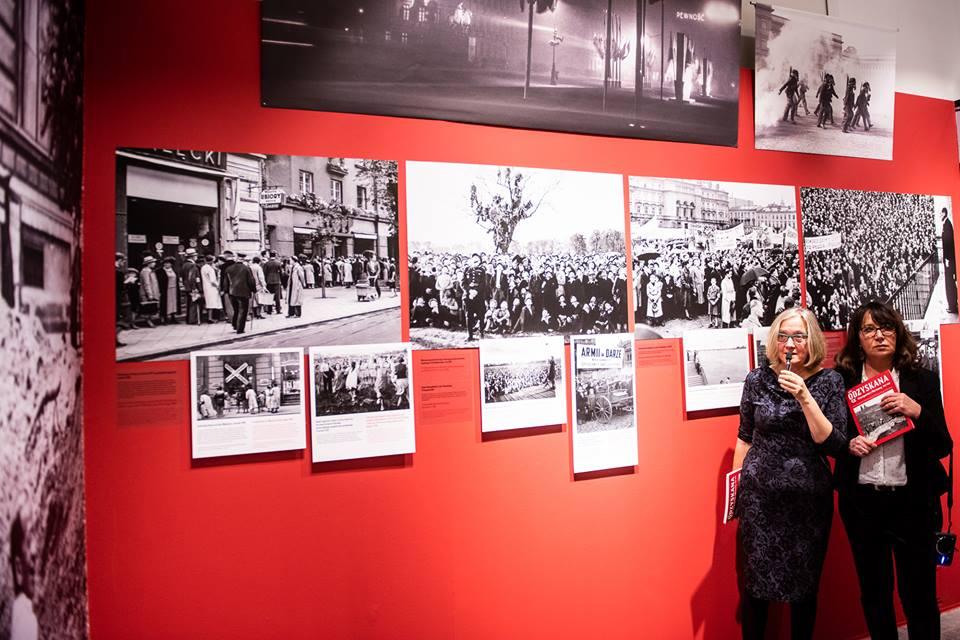 """Katarzyna Madoń-Mitzner i Anna Brzezińska opowiadają o wystawie """"Odzyskana. Fotoreportaż z Warszawy 1918–1939"""". Fot. Radek Zawadzki/DSH"""