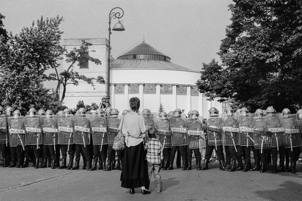 Blokada Sejmu podczas manifestacji Konfederacji Polski Niepodległej. Warszawa, 3 lipca 1989. Fot. Jarosław Stachowicz/FORUM.