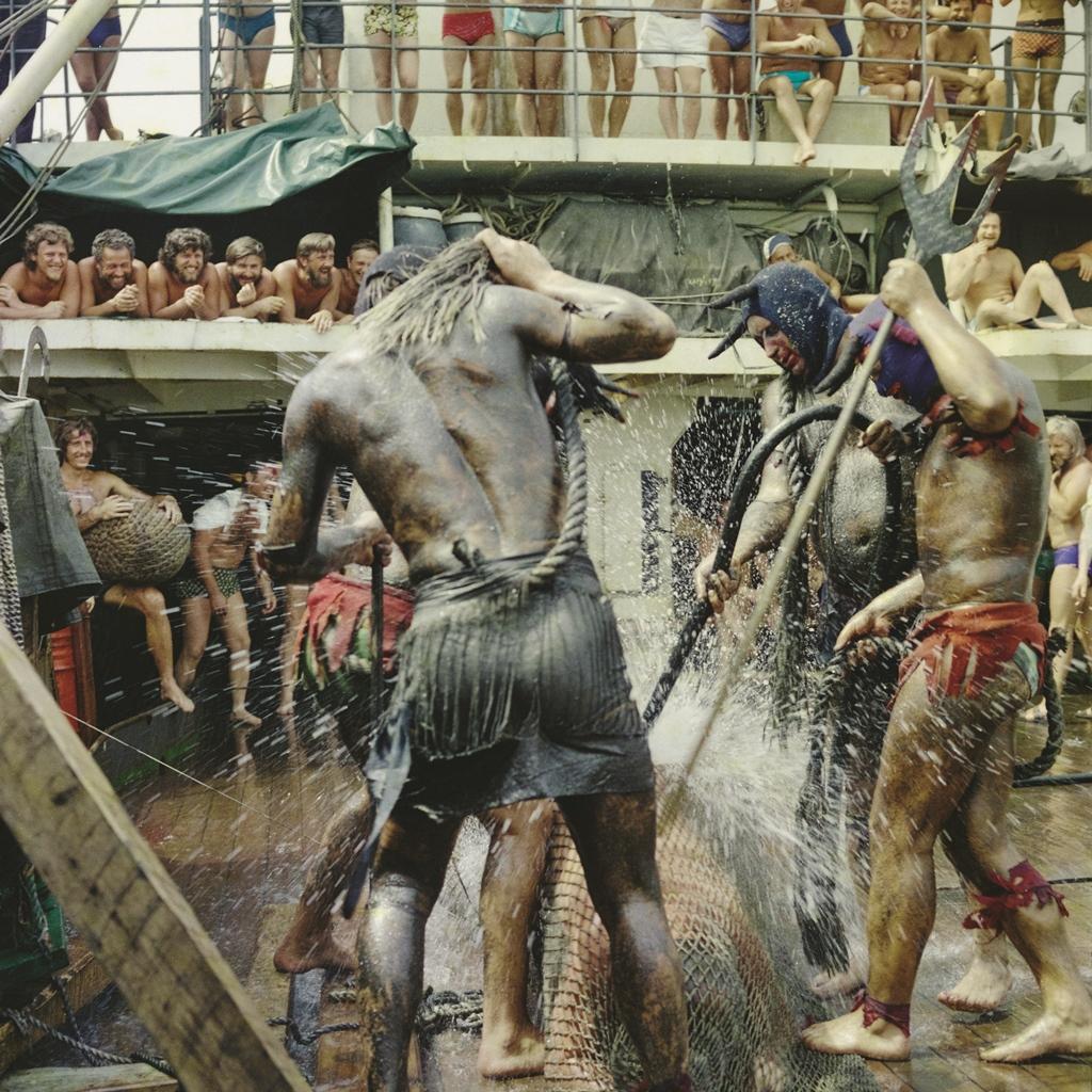 Zgodnie z morską tradycją, gdy statek przekroczył równik, wyprawiono na nim chrzest morski. Fot. Mirek Wiśniewski.