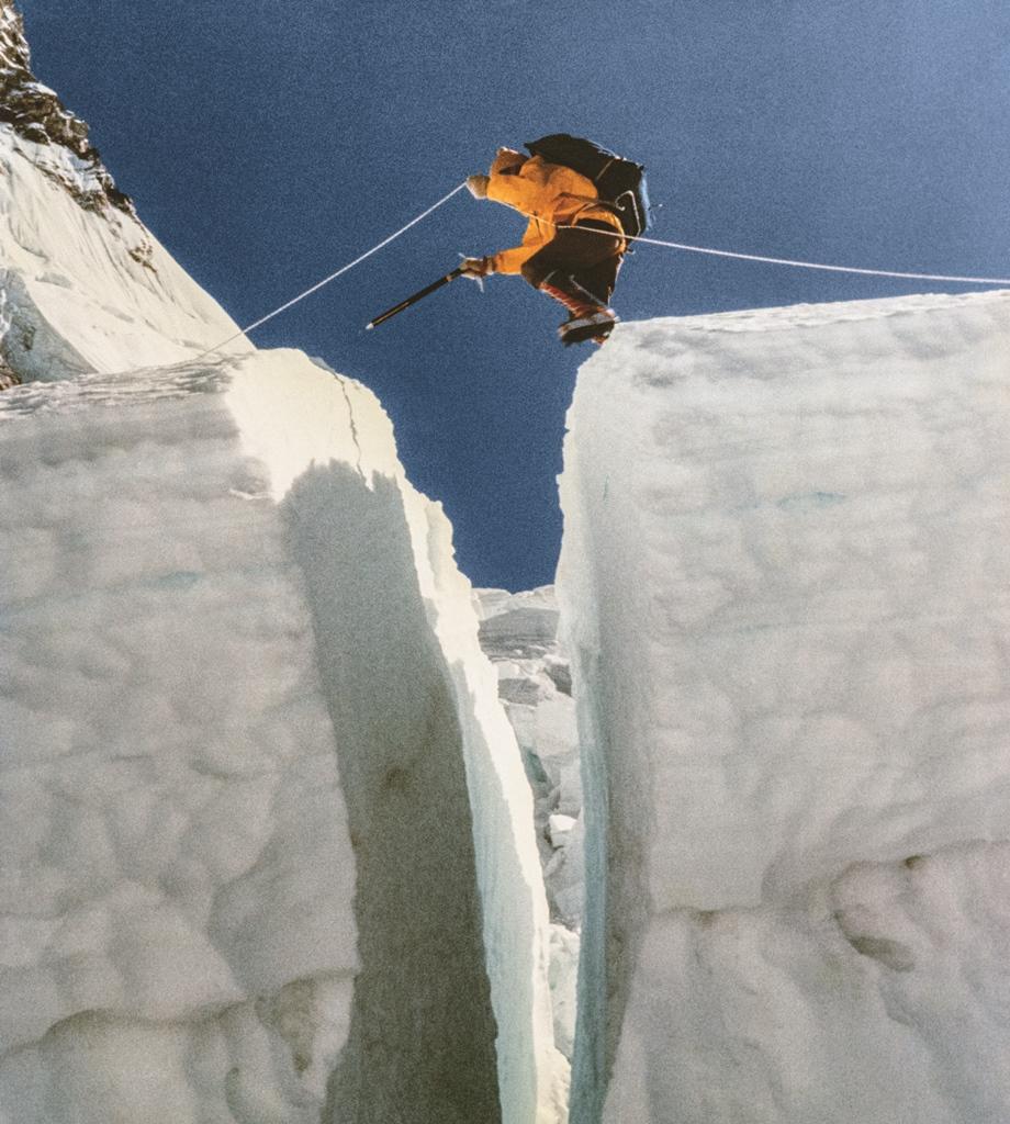 Himalaista Bogdan Jankowski pokonuje jedną ze szczelin icefallu / Fot. Mirek Wiśniewski.