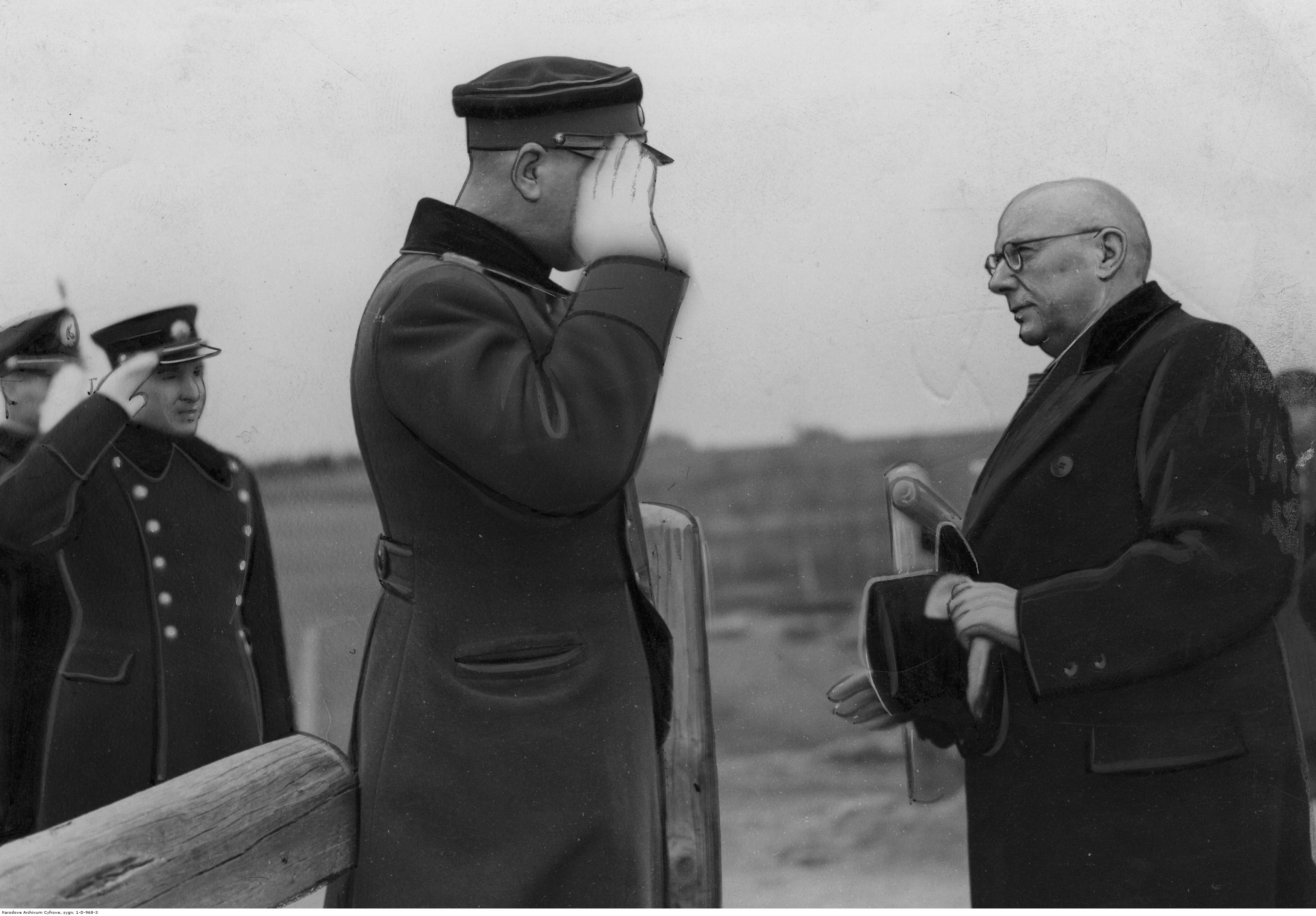 Poseł nadzwyczajny i minister pełnomocny Polski na Litwie Franciszek Charwat witany przez litewskich wojskowych na przejściu granicznym. 1938 / Fot. NAC