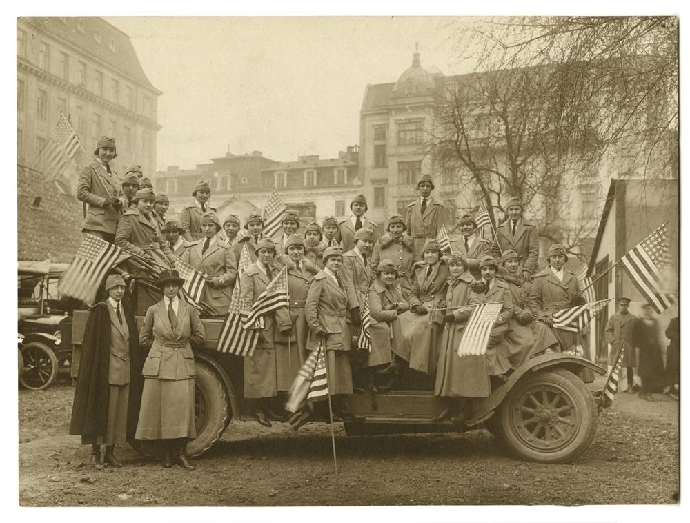 Szare Samarytanki w drodze do Polski pozują na wojskowej ciężarówce w Nowym Jorku przed wyjazdem do Polski, lipiec 1919. Fot. Archiwa Instytutu Hoovera