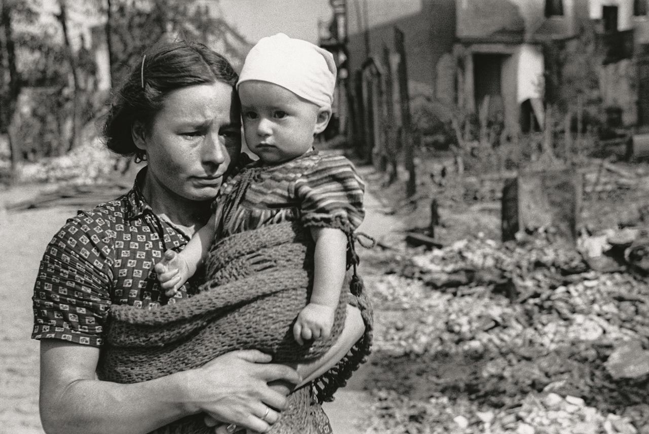Czesława Dosput z córką Bogumiłą na ul. Łochowskiej. Po latach wspominała, że nie chciała, żeby ją fotografowano, ponieważ bała się, że nie mówiący po polsku fotograf może być dywersantem, o których wiele wówczas słyszano. Fot. Julien Bryan, United States Holocaust Memorial Museum.