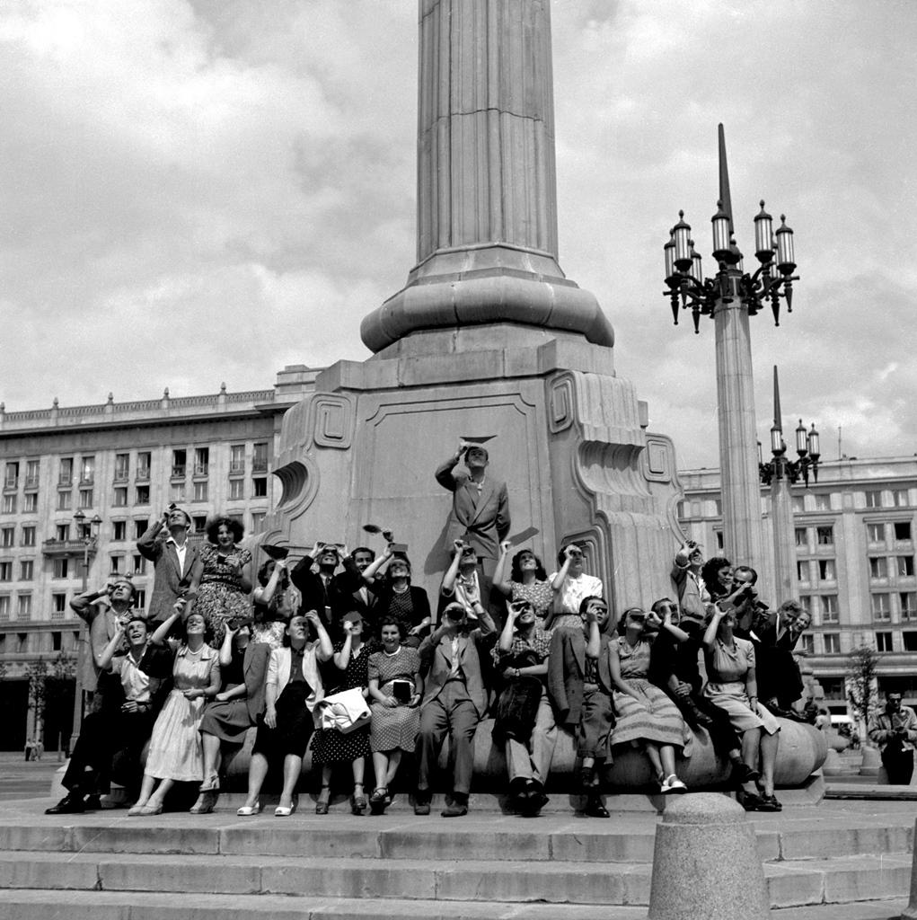 Warszawiacy obserwują zaćmienie Słońca na placu Konstytucji, 30 czerwca 1954 r. Fot.PAP/Zdzisław Wdowiński.