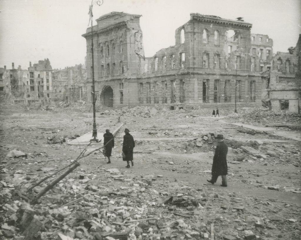 Ruiny Poczty Głównej przy placu Napoleona. Warszawa, 1945. Fot. zbiory Krystyny Rasevi/Archiwum Historii Mówionej