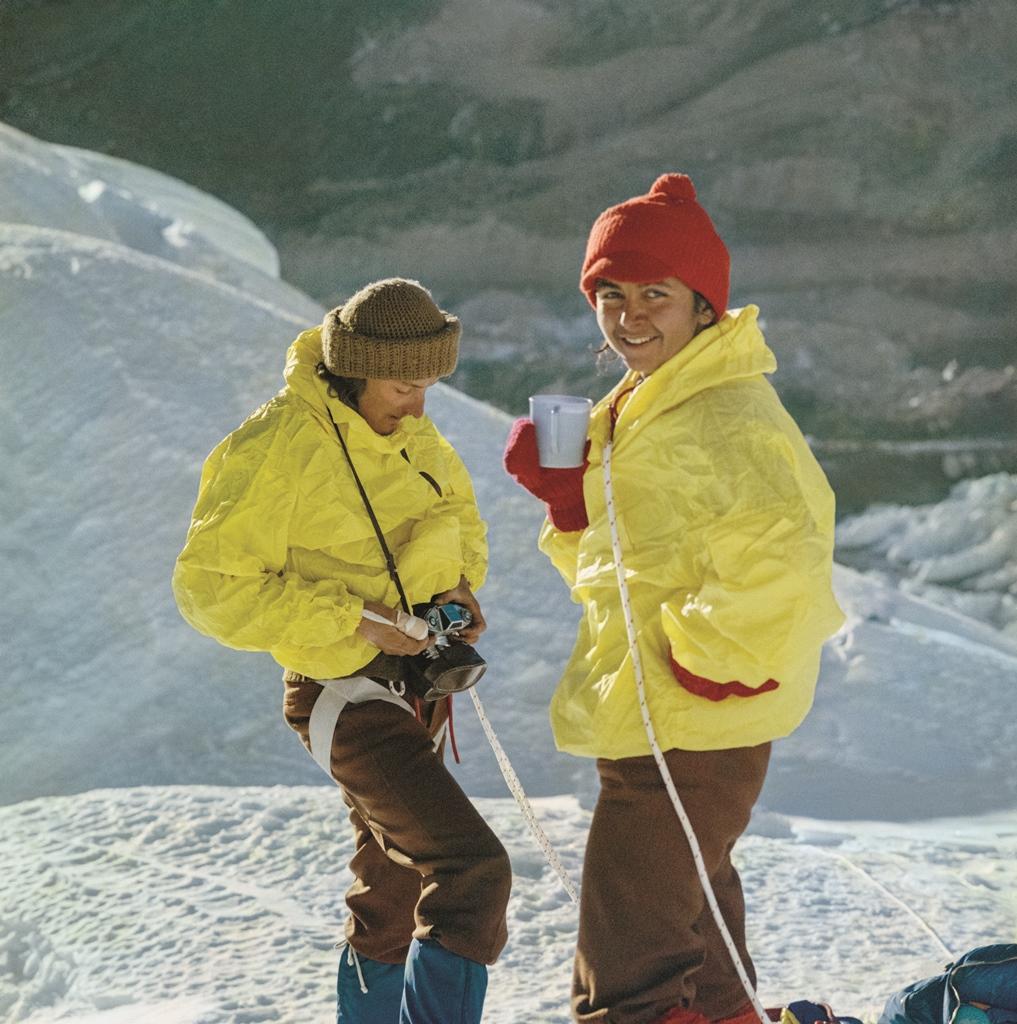 Anna Okopińska – jedyna kobieta uczestnicząca w wyprawie na Lhotse w 1974 roku i Marek Kowalczyk w pierwszym obozie pod Lhotse. Fot. Mirek Wiśniewski.