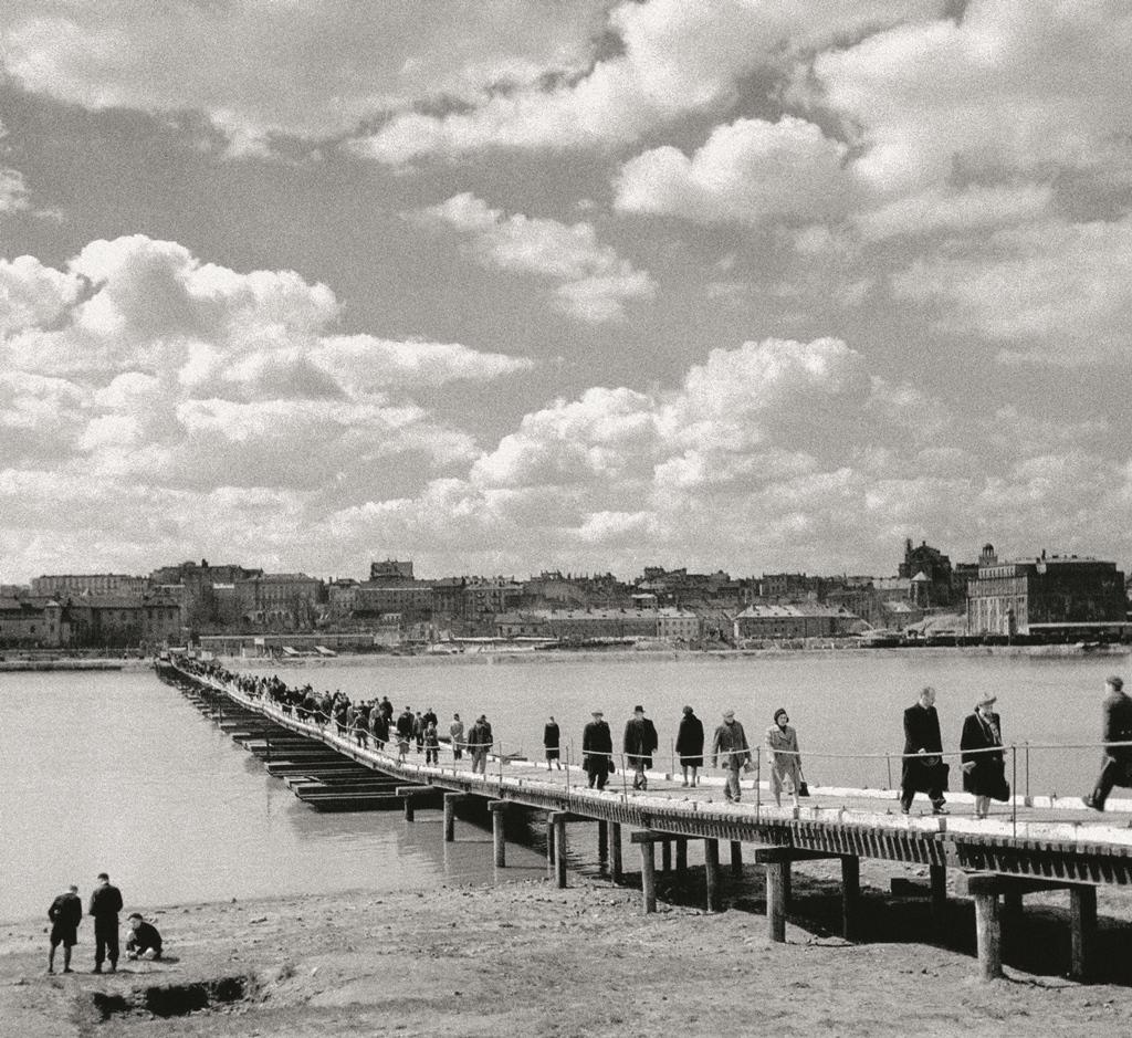 Tymczasowy most pontonowy dla ruchu pieszego na Wiśle, 1947 rok. Fot. Zdzisław Wdowiński