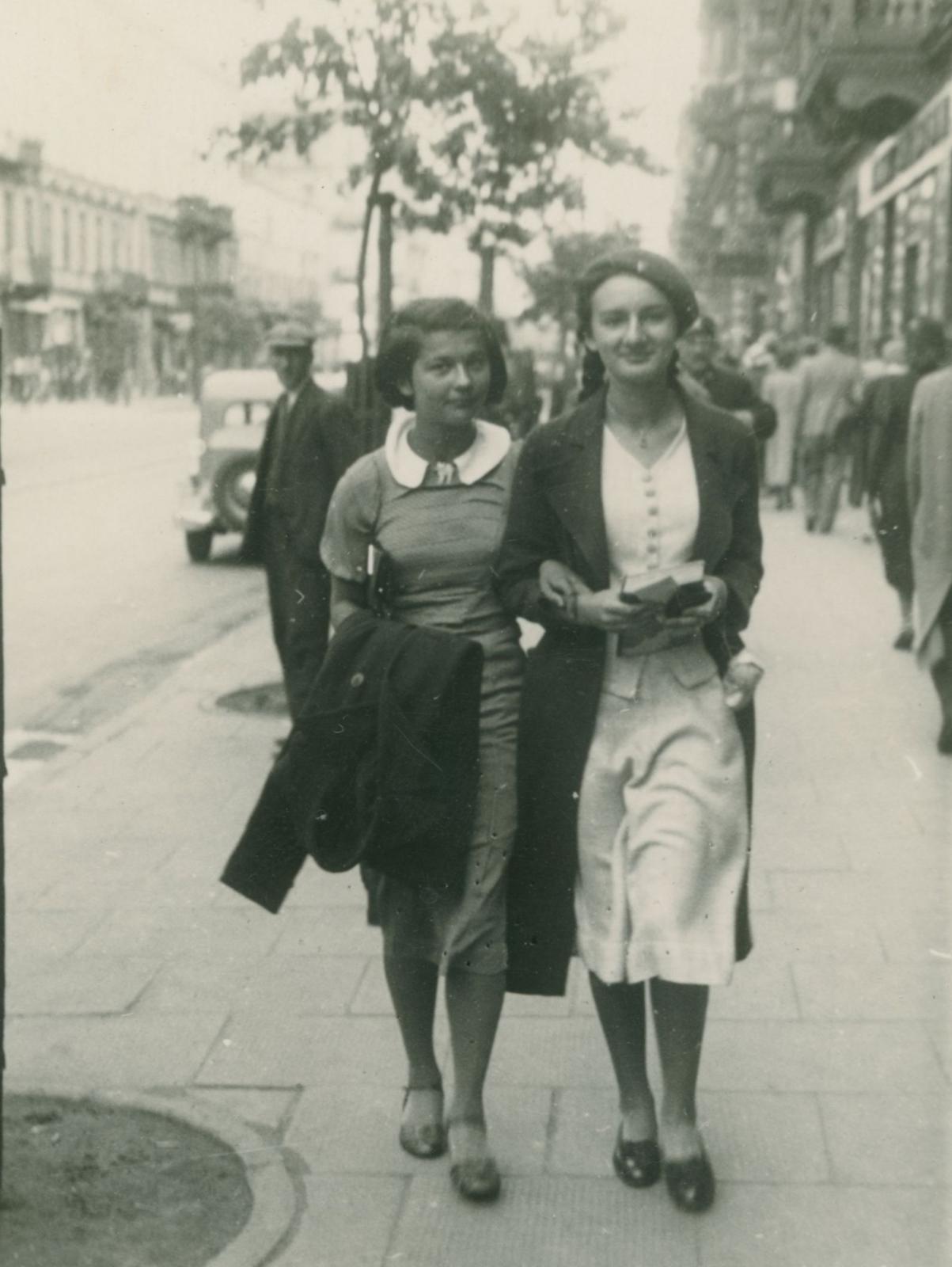 Barbara Jakubowska z Barbarą Bojanowską, 1937. Fot. zbiory Rajmunda Ulatowskiego/AHM.