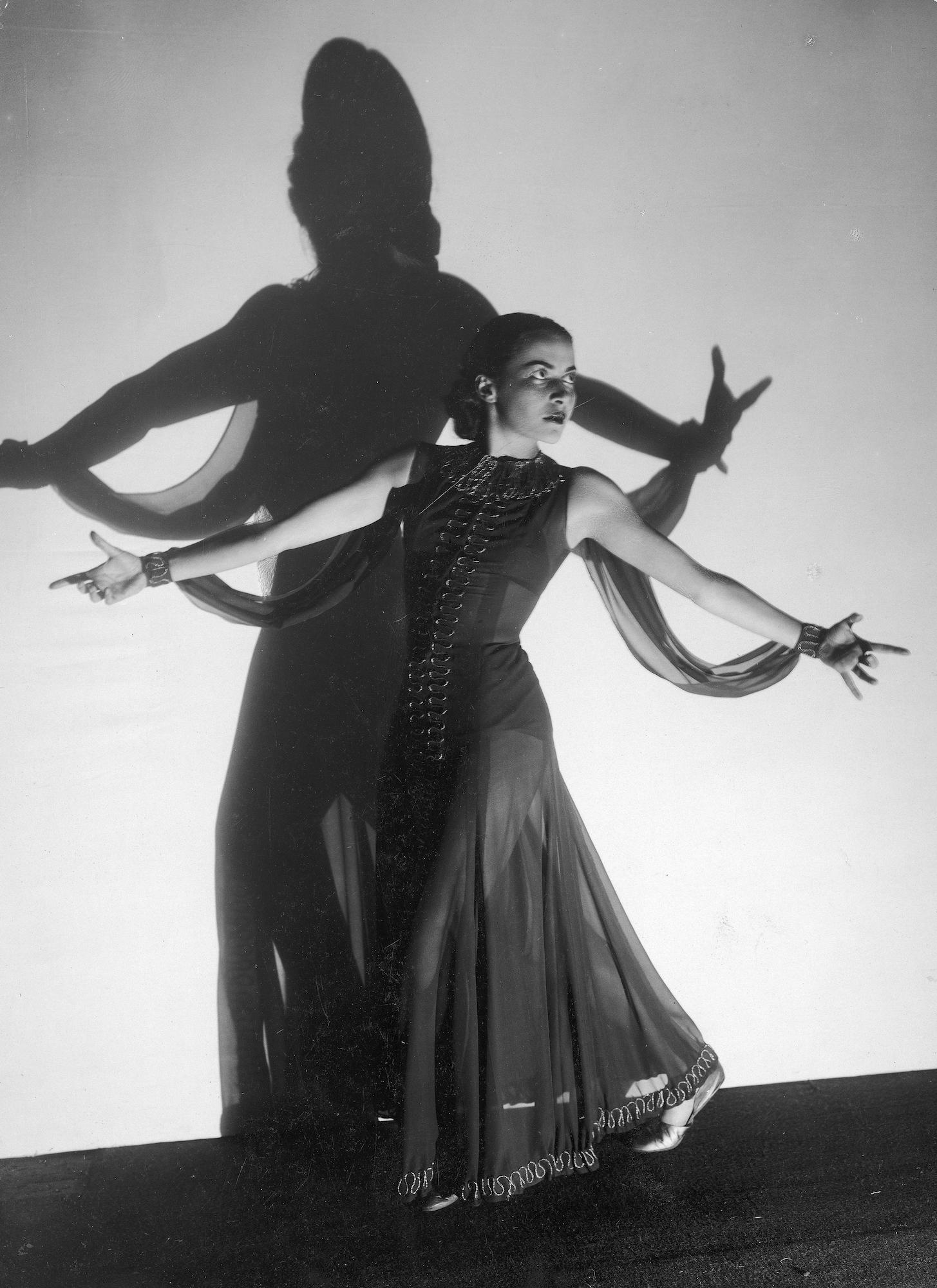 Stefania Grodzieńska, aktorka podczas tańca – fotografia sytuacyjna wykonana w atelier 1937 / fot. Stanisław Brzozowski / Narodowe Archiwum Cyfrowe