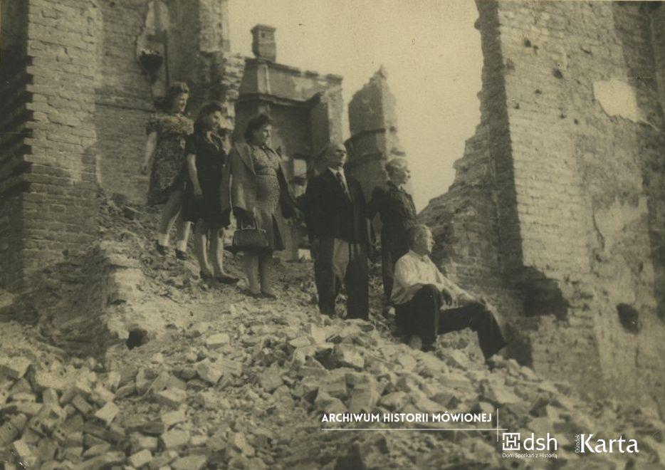 Na zdjęciu Helena Michniewska (druga z lewej) z rodziną na gruzach domu przy ulicy Grzybowskiej 30. Rok 1945. Fot. zbiory Heleny Michniewskiej/Archiwum Historii Mówionej