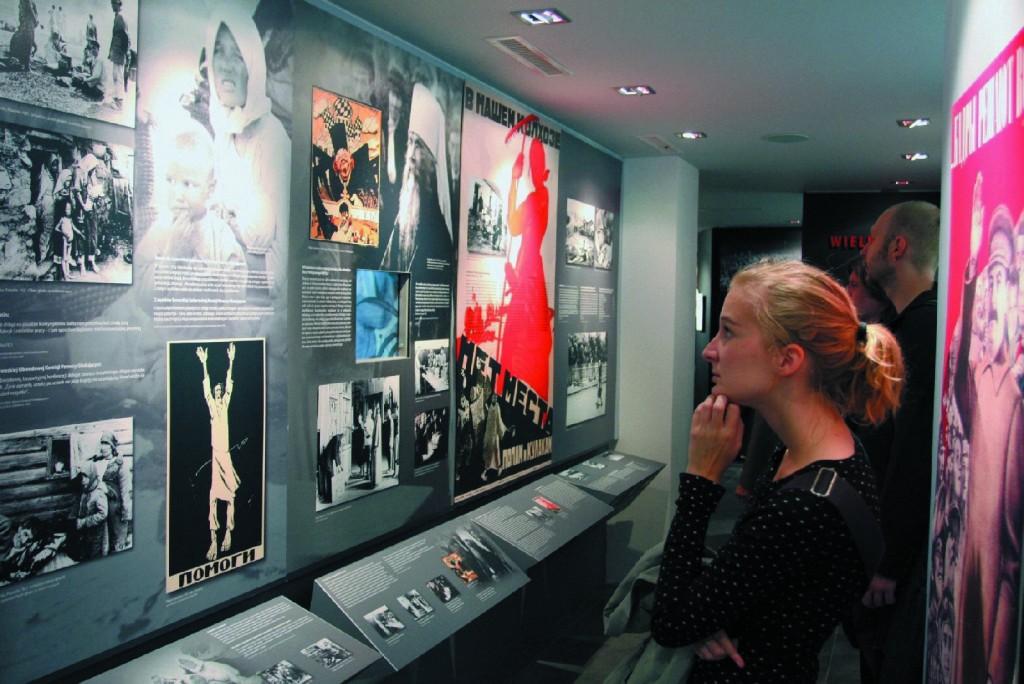 """28.09.2009, Karowa 20, Warszawa. Otwarcie wystawy: """"Oblicza totalitaryzmu"""". Fot. Dawid Skoblewski"""