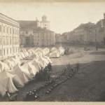 Namioty wojska rosyjskiego na placu Zamkowym po wprowadzeniu przez Rosjan stanu wojennego 14 października 1861, Warszawa