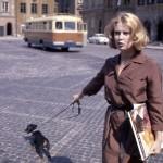 Warszawa 1963. Wschodząca gwiazda polskiego kina Beata Tyszkiewicz na Rynku Starego Miasta.