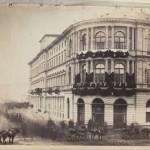 Widok z balkonu zakładu fotograficznego Beyera na Hotel Europejski z dekoracją żałobną.