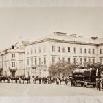 Warszawa, plac Dzieciątka Jezus, przewożenie lokomotywy przez zaprząg konny, 1862