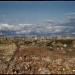 Warszawa, teren dawnego getta, w oddali widoczne zrujnowane Nowe i Stare Miasto