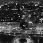 Warszawa, 1969. Ulica Świętokrzyska nocą – widok z Pałacu Kultury i Nauki. Fot. Zbyszko Siemaszko/FORUM