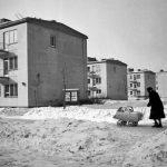 Warszawa, 1956. Spacer z dzieckiem na osiedlu na Woli. Fot. Zbyszko Siemaszko/FORUM