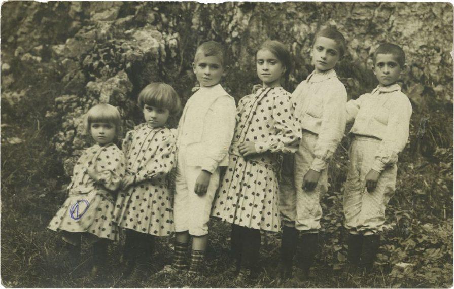 Lata  Rodzina Srokowskich. Od lewej Basia, Wanda, Mieczys≥aw, Halina, Wiktor, Kazimierz.