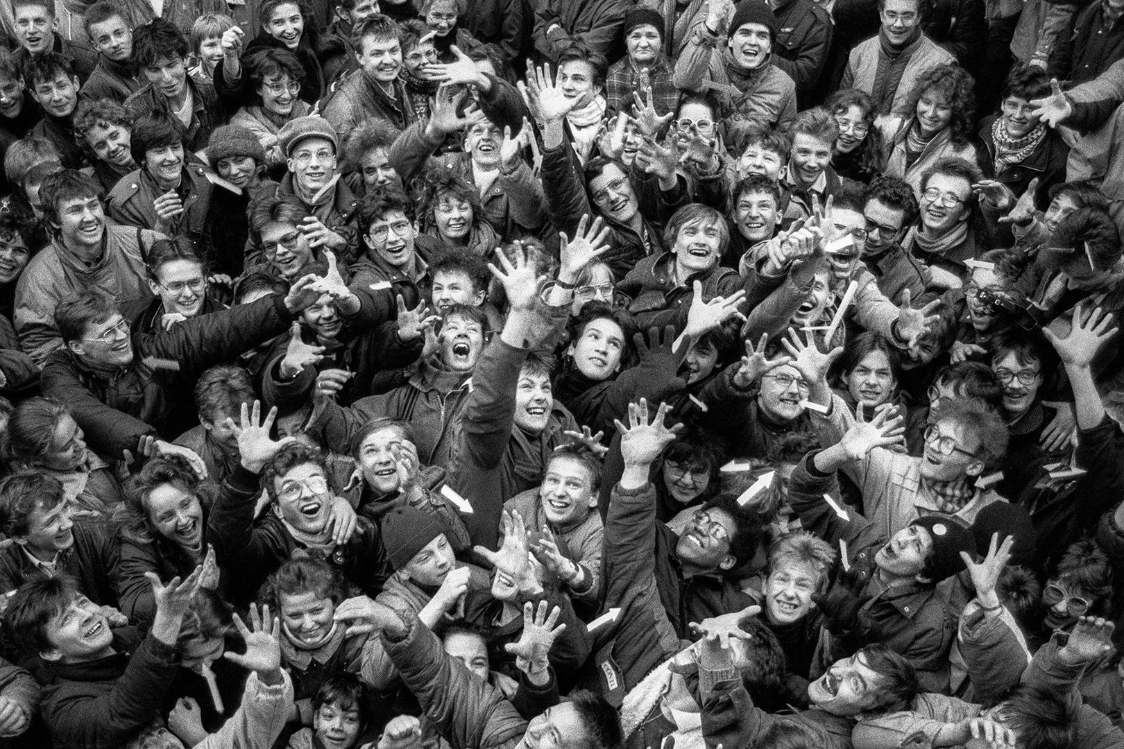 """""""Pollock potrafi"""" – happening Pomarańczowej Alternatywy. Warszawa, pasaż Stefana Wiecheckiego """"Wiecha"""", 24 lutego 1989. Fot. Krzysztof Miller (Agencja Gazeta)"""