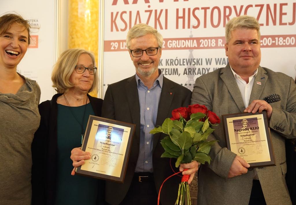 O lewej: Katarzyna Kubicka (projektantka książki), Katarzyna Madoń-Mitzner (wicedyrektorka DSH), prof. Jacek Leociak i Piotr Jakubowski (dyrektor DSH). Fot. Joanna Borowska