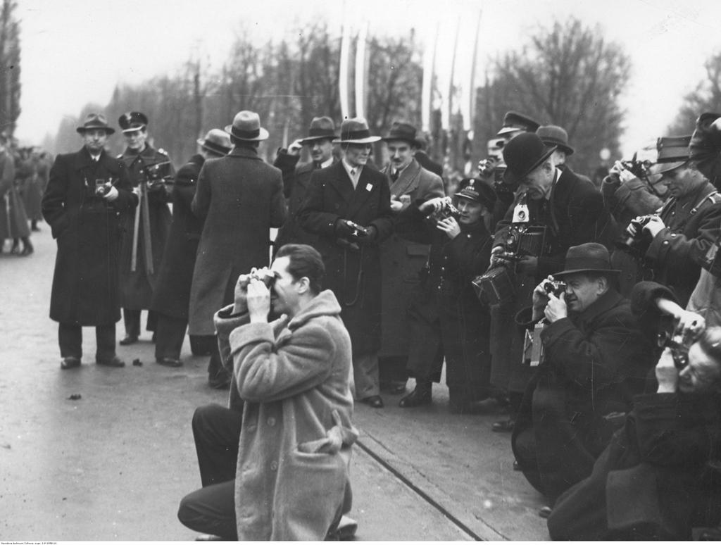Fotoreporterzy podczas pracy w Al. Ujazdowskich. W tle flagi przy pl. Na Rozdrożu. Warszawa, 11.11.1936. Fot. NAC.