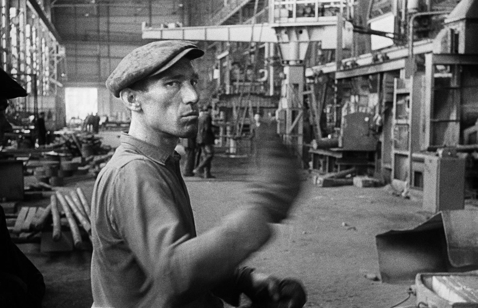 Robotnik w Hucie Warszawa, 1960 Fot. Tadeusz Rolke/Agencja Gazeta
