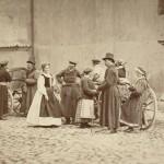 Grupa wieśniaków z Wilanowa przy kościele Wizytek, 1866.