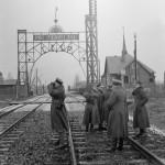 Polscy oficerowie przy sowieckim posterunku granicznym