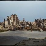 Warszawa, plac Zamkowy i ruiny Starego Miasta widziane od Krakowskiego Przedmieścia z widocznymi pozostałościami Kolumny Zygmunta